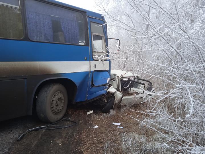Под Перевальском легковой автомобиль столкнулся с автобусом. Погиб водитель и его пассажир