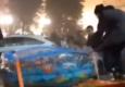 В Донецке парни ездили по городу на грузовике в бассейне с водой. Купальщиков пожурили, водителя оштрафовали
