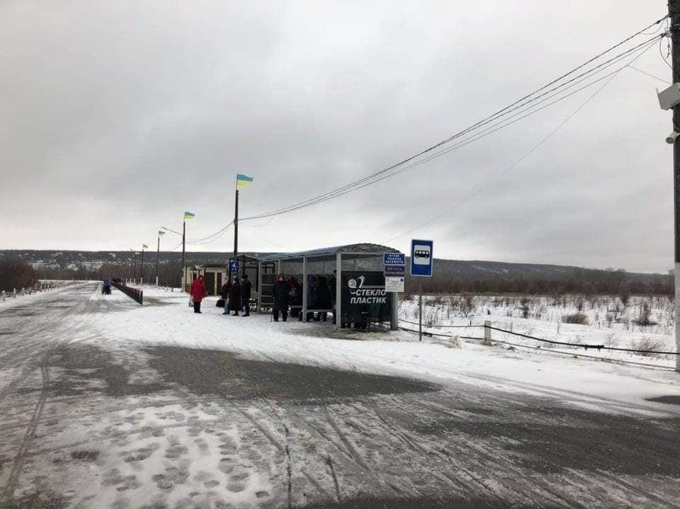 На КПВВ в Станице Луганской не работали компьютеры. Людям пришлось ждать восстановления работы на морозе