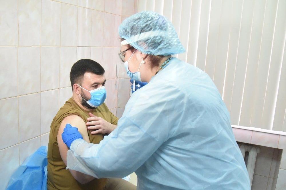 В Донецке Пушилин вакцинировался на камеру