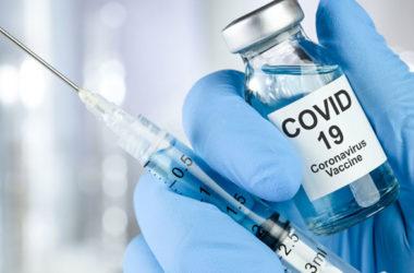 В Украине началась вакцинация от коронавируса. Сначала прививают врачей