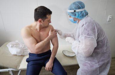 Зеленский вакцинировался от коронавируса в Северодонецке