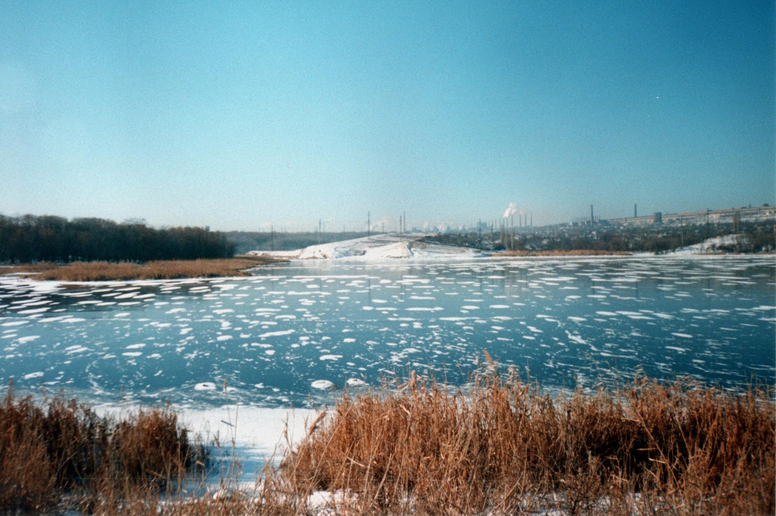 В Алчевске две школьницы провалились под лед. Спасти удалось только одну
