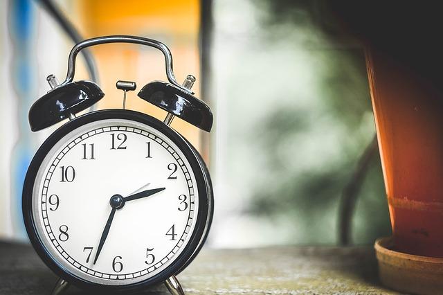 Спасть придется на час меньше. Когда переводят стрелки часов на летнее время