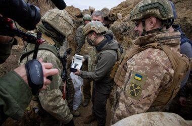 Зеленский приехал на Донбасс и фотографировался с военными в окопе