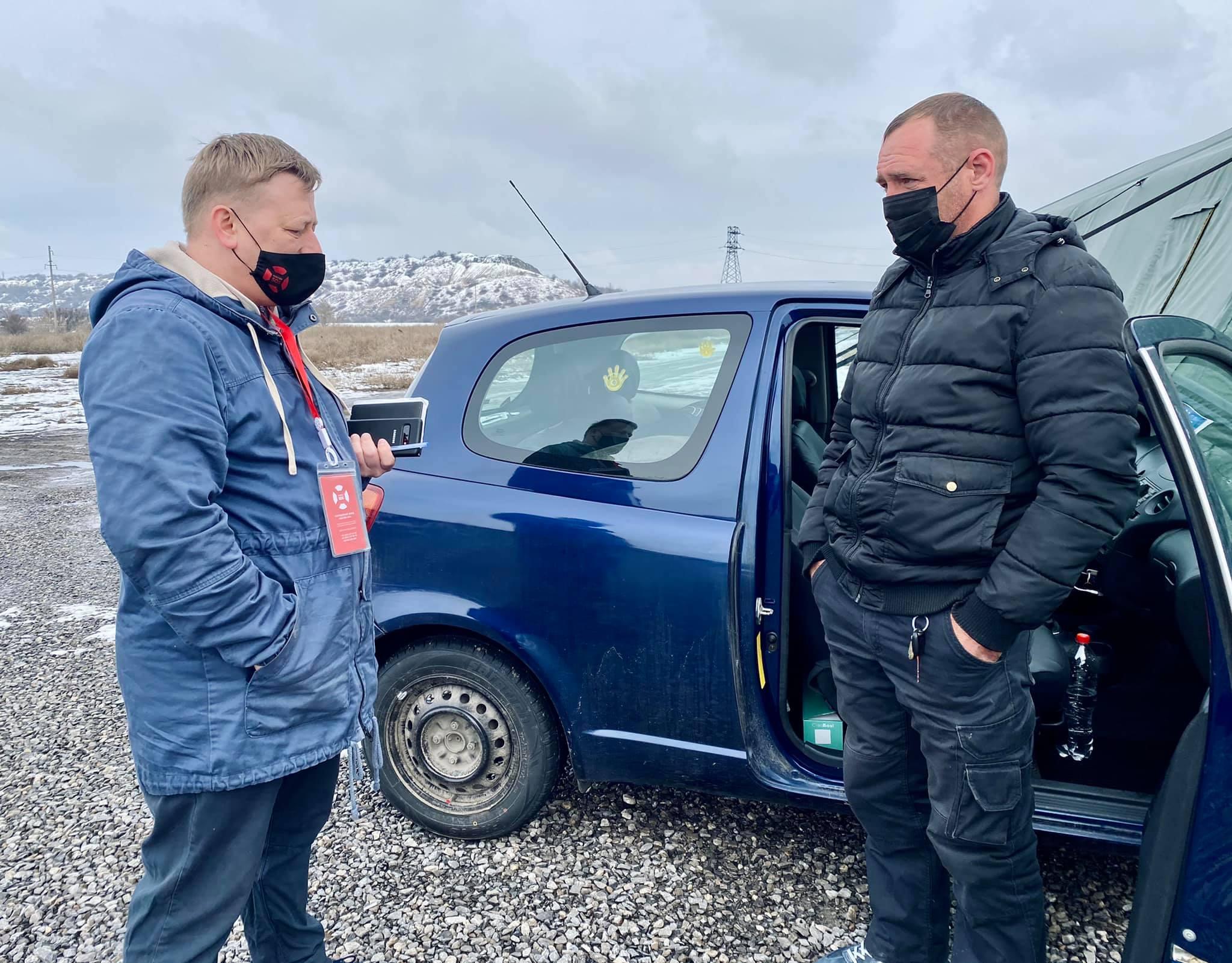 Не пускает «ДНР». Жителю Луганска приходится ночевать в машине на КПВВ «Новотроицкое»