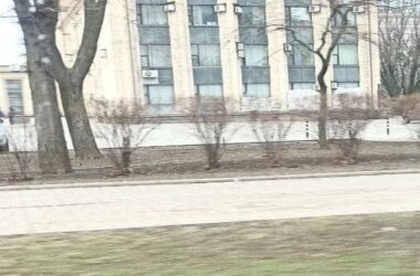 Окна админзданий в Донецке закладывают мешками с песком. Появилось видео