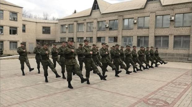 «Срочников», призванных в ОРЛО, хотят привлечь к участию в параде на 9 мая. Их уже учат маршировать и показывают советское кино