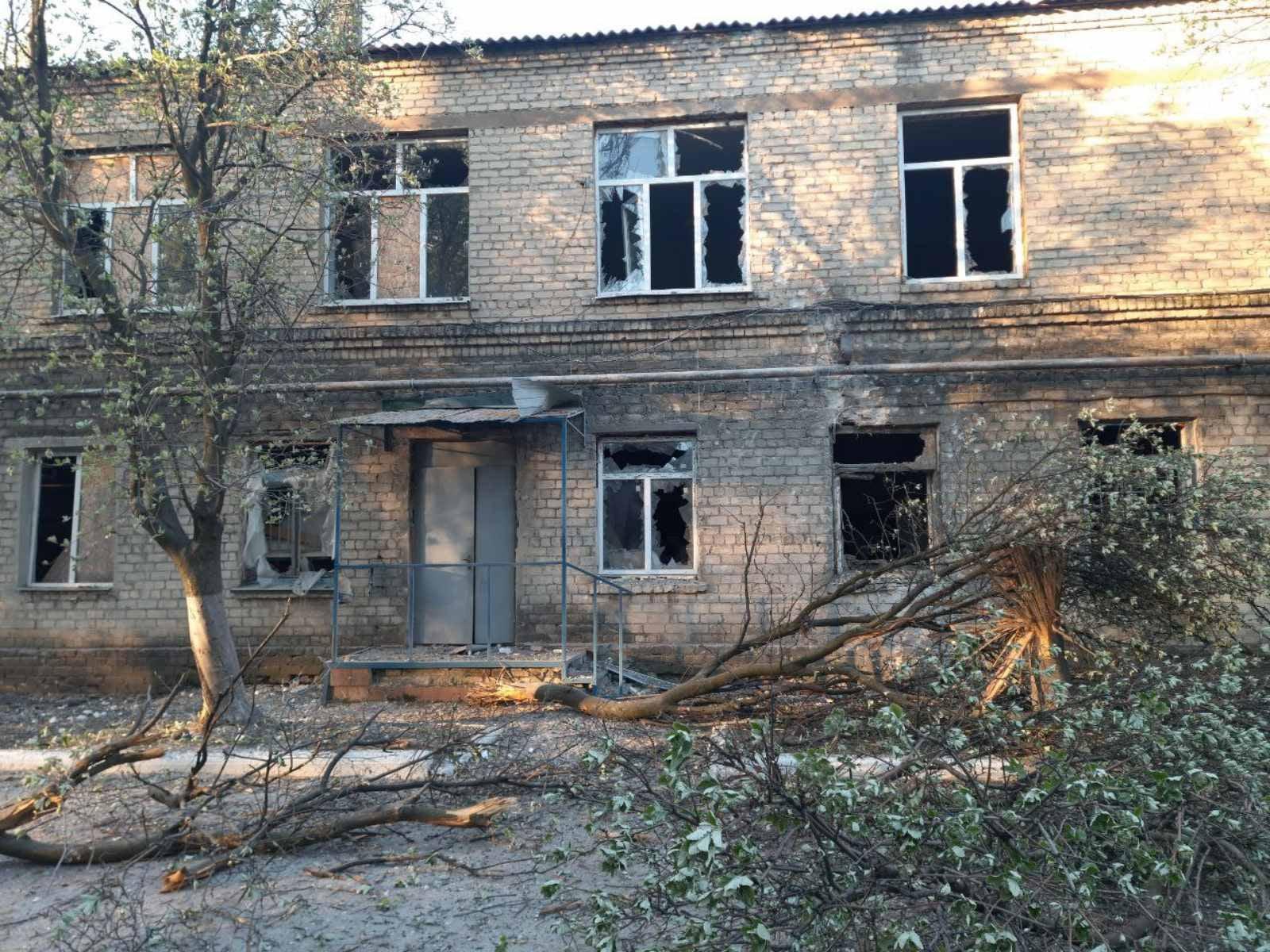 Больница в Красногоровке попала под обстрел. Сейчас там разбиты окна и нет света