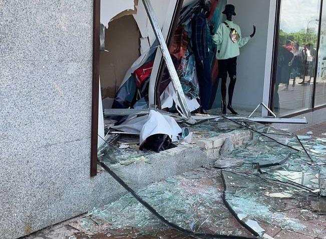 В Луганске женщина перепутала педали газа и тормоза и протаранила витрину торгового центра