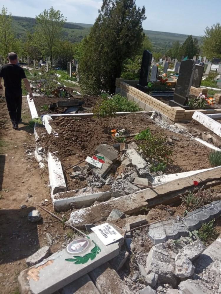 В Перевальске танк боевиков проехался по могилам на кладбище