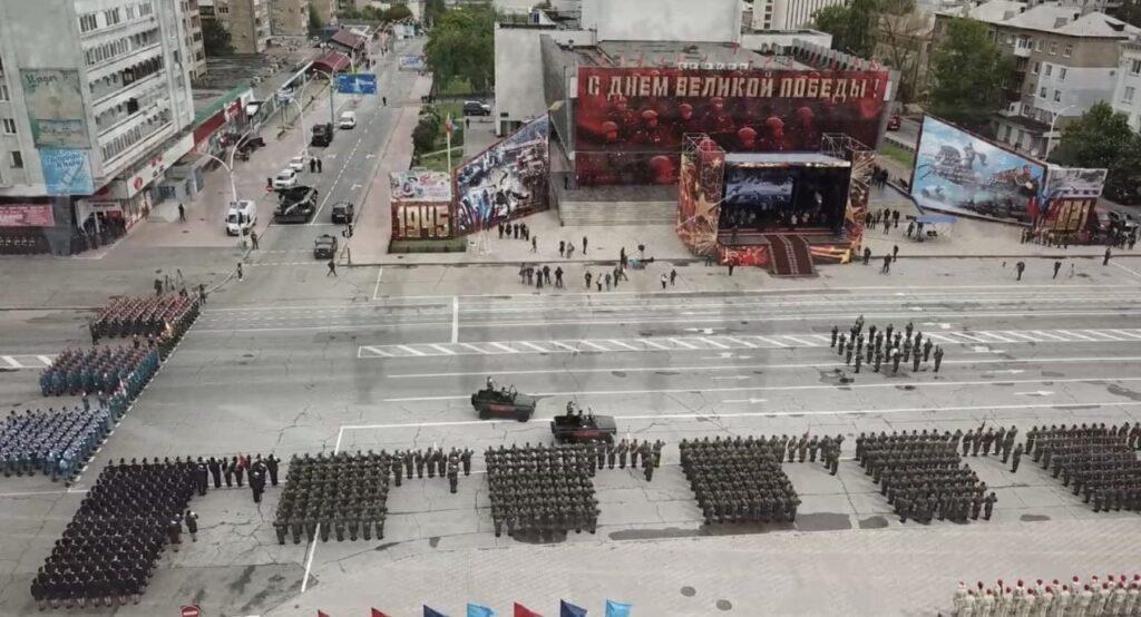 С исторической техникой и ковидными ограничениями. Как в Луганске прошел военный парад