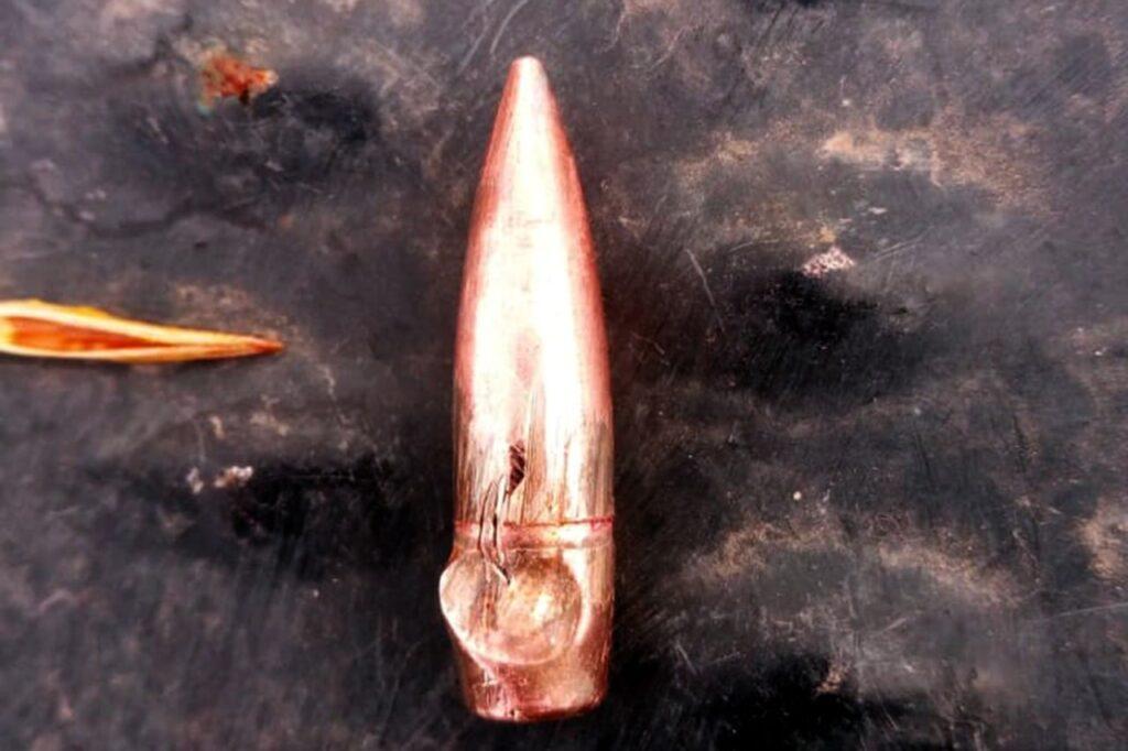 Наблюдатели на Донбассе показали дырки от пуль в корпусе своего автомобиля. Их обстреляли боевики