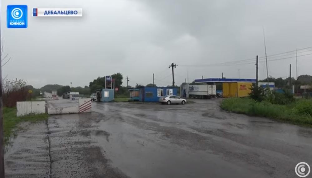 Знаки «Стоп», шлагбаум и бетонные блоки. В «ДНР» показали границу с «братской республикой»