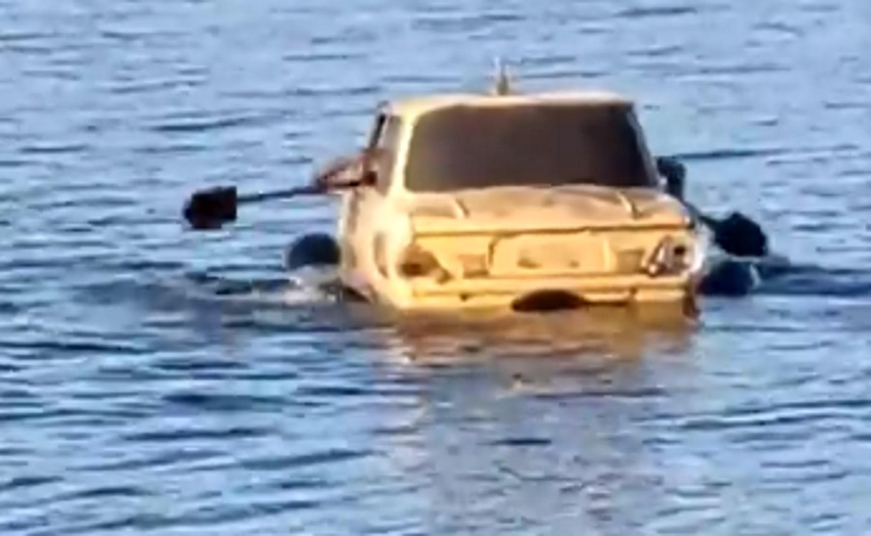 Надводная лодка «Запорожец». В Донецке через озеро переправлялись на автомобиле