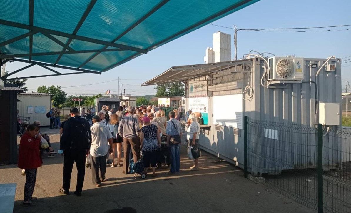 На КПВВ «Станица Луганская» полиция начала гонять тех, кто продает место в очереди