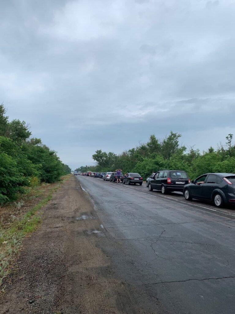 Отдых в Седово. При въезде на курорт выстроилась очередь из более сотни автомобилей