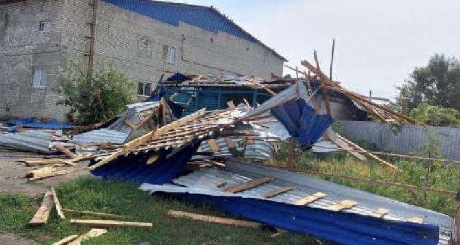 В Луганской области во время урагана погиб человек. Его придавило крышей