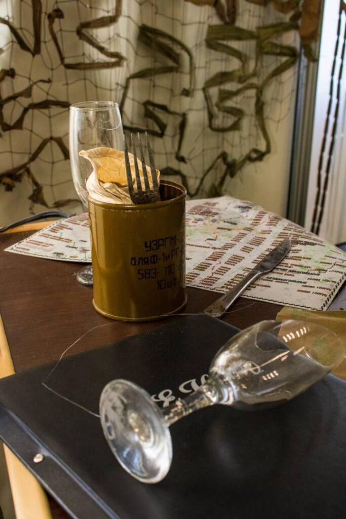 В Донецке открылась выставка в память о Захарченко. Там собрали предметы из кафе «Сепар», где его убили