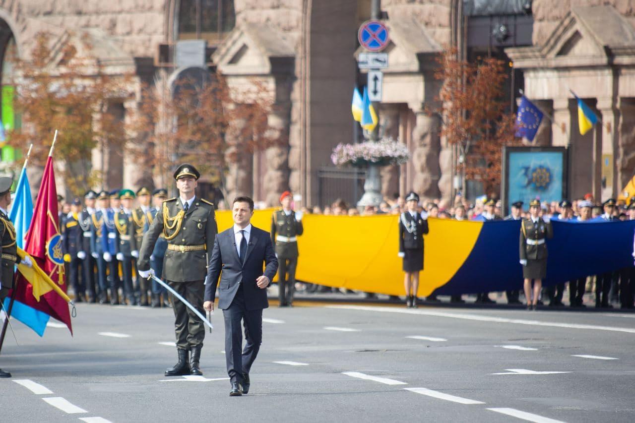 Нельзя паспортизировать украинские сердца. Зеленский на параде вспомнил о выдаче российских паспортов на Донбассе